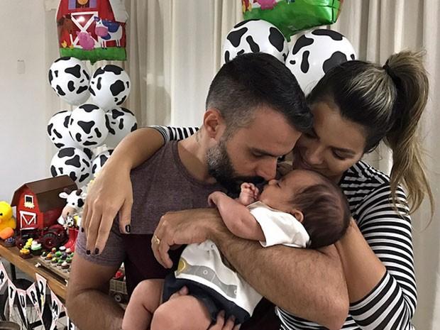 Kelly Key e Mico Freitas com o filho caçula, Artur (Foto: Instagram/ Reprodução)