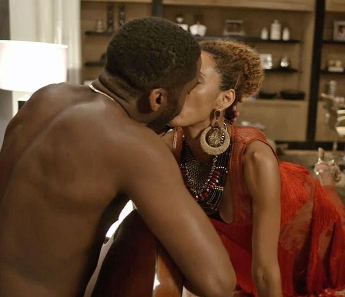Michele e Brau têm noite quente no primeiro capítulo de 'Mister Brau' (Foto: TV Globo)