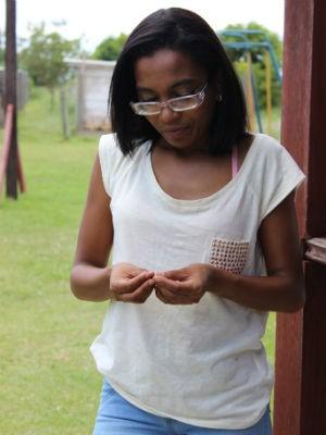 Por causa da dependência em ficar conectada, Lucélia tem tremedeiras nas mãos  (Foto: Divulgação)