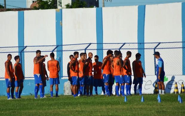 Jogadores recebem a orientação do preparador físico (Foto: Felipe Martins/GLOBOESPORTE.COM)