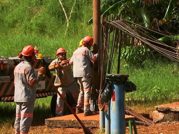 Funcionários do Saeeb trabalham para consertar poço artesiano de Brodowski, SP (Foto: Ronaldo Gomes/EPTV)