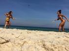 Aline Riscado joga frescobol de biquininho à beira-mar