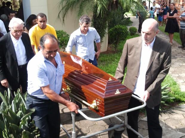 Caixão com o corpo do ator Walmor Chagas segue para cremação (Foto: Débora Carvalho/G1)