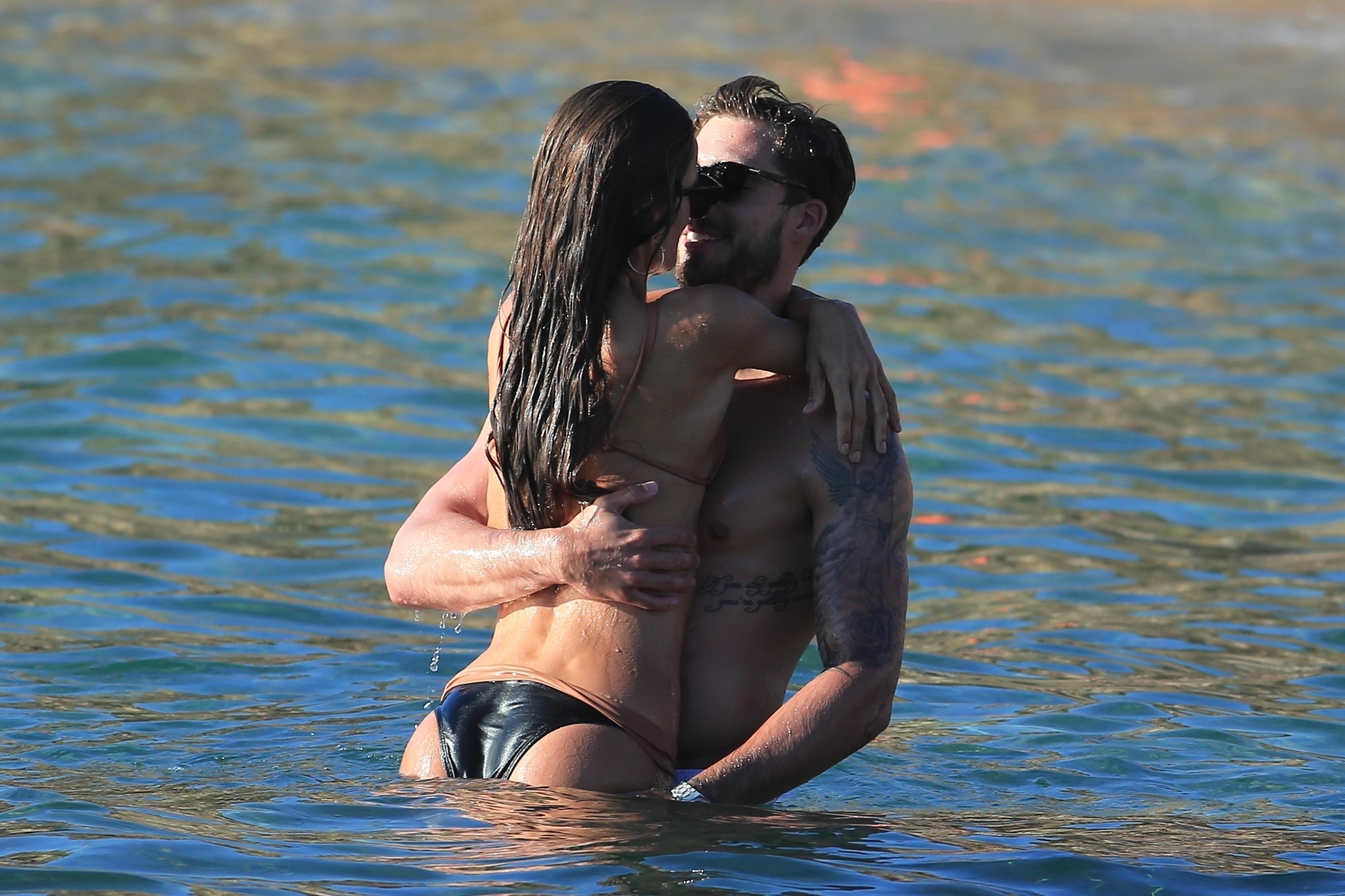 Ah, o amor! Iza Goulart faz a temperatura subir em dia de praia com Kevin Trapp  (Foto: AKM-GSI )