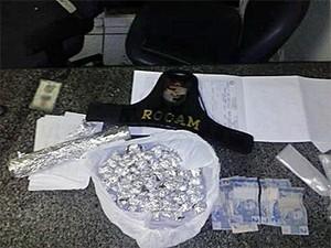 Drogas foram apreendidas com suspeitos em Camaragibe (Foto: Divulgação / PM)