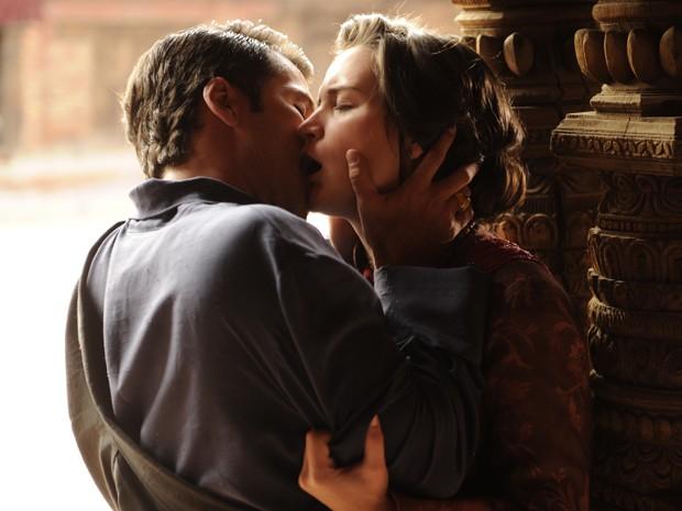 Franz e Amélia se beijam depois de cerimônia de reconhecimento de Pérola como Rinpoche (Foto: Renato Rocha Miranda / Tv Globo)