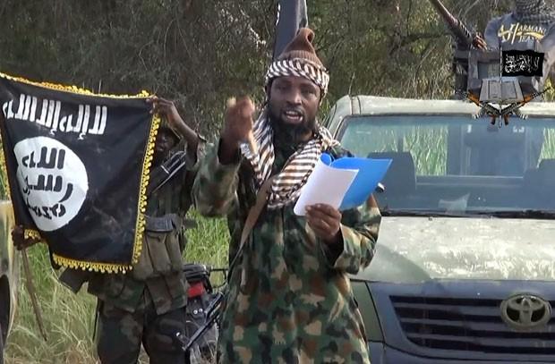 O líder do grupo islamita Boko Haram, Abubakar Shekau, aparece em vídeo no qual desmente sua morte divulgado nesta quinta-feira (2) (Foto: Boko Haram/AFP)