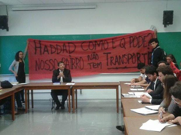 Movimento social interrompe aula de Haddad para pedir linhas de ônibus (Foto: Divulgação Luta do Transporte do Extremo Sul)
