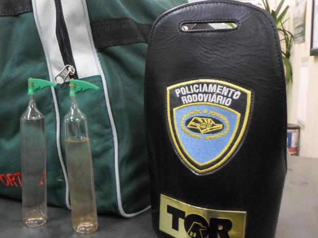Bolsa com lança -perfume apreendido pelo Policiamento Rodoviário (Foto: Polícia Rodoviária)
