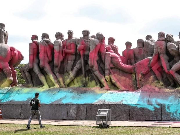 Nesta manhã de sexta feira (30), o Monumento às Bandeiras, um dos maiores cartão postal da capital paulista, amanheceu cpmpletamente pichado (Foto: Marcelo Gonçalves/ Estadão Conteúdo)