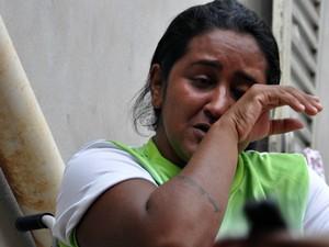 Jackeline Dias, filha da dona Jucineide, se emociona ao lembrar o sofrimento da mãe (Foto: Desireé Galvão/ G1)