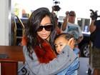 Kim Kardashian protege a filha dos flashes dos paparazzi