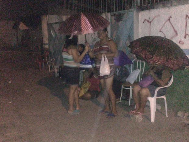 Fila se estende pela calçadas onde as pessoas se concentram para passar a noite  (Foto: Waldson Costa / G1)