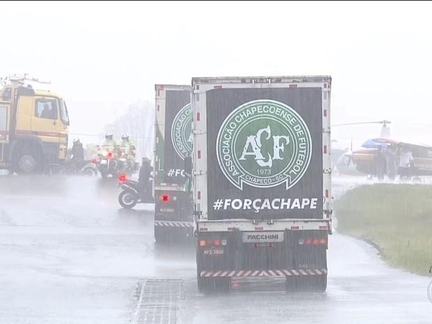 Caminhões com corpos das vítimas saíram do aeroporto às 11h04 (Foto: Reprodução)
