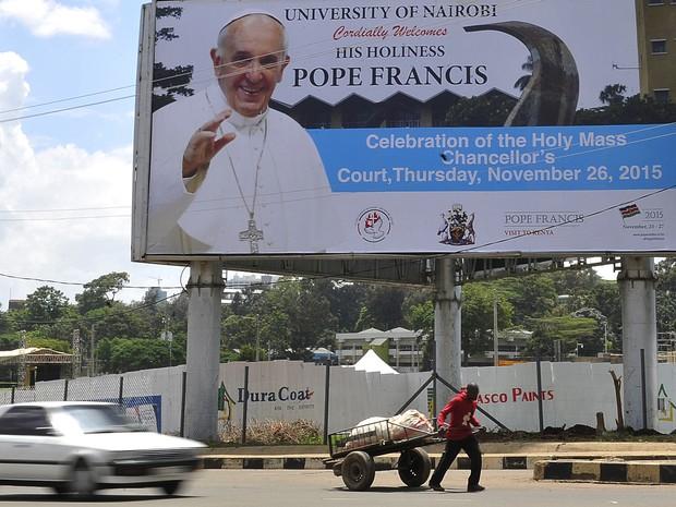 Homem passa por outdoor que anuncia a visita do Papa Francisco a Nairobi, no Quênia, na segunda (23) (Foto: AFP Photo/Simon Maina)