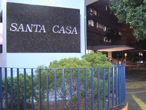 Criança de 2 anos está internada na Santa Casa de Araçatuba (Foto: Reprodução/TV TEM)