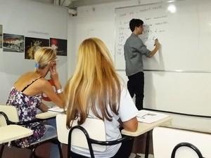 Elmo Lincoln também dá aulas de inglês e reclama de ausências no curso. (Foto: Sara Antunes/G1)