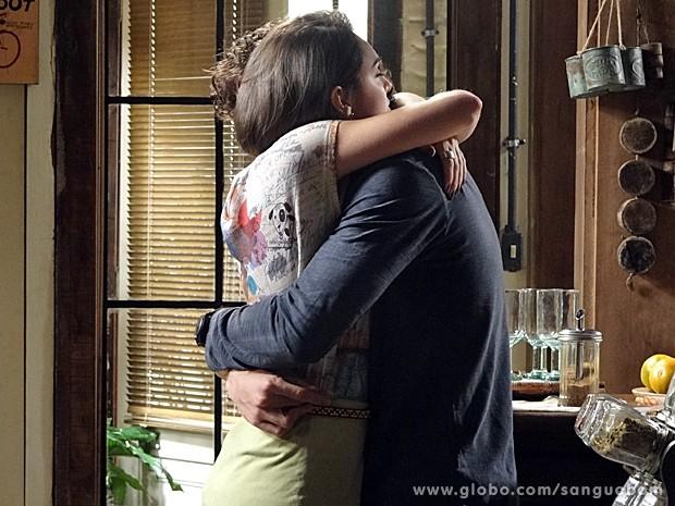 Os dois selam a amizade com um abraço daqueles! (Foto: Sangue Bom / TV Globo)