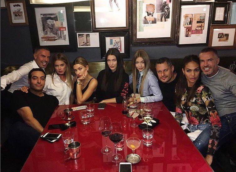 Gigi Hadid, Bella Hadid, Doutzen Kroes, Joan Smalls e Hailey Baldwin se reuniram em jantar regado a muita massa (Foto: Reprodução/Instagram)