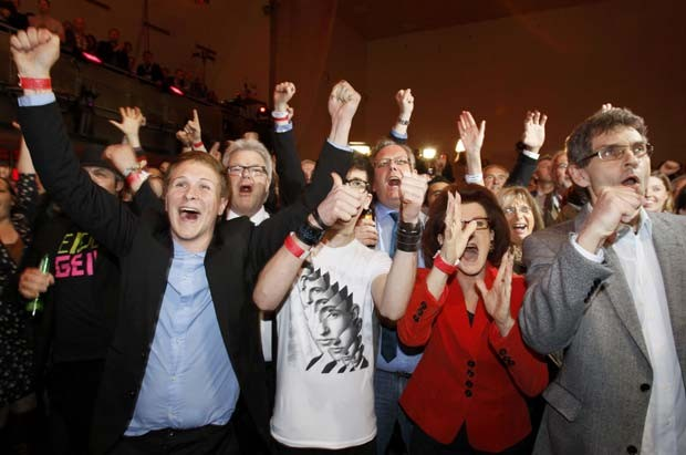 Simpatizantes do SPD celebram resultado da boca de urna neste domingo (13) em Duesseldorf, na Renânia do Norte-Vestfália (Foto: Reuters)