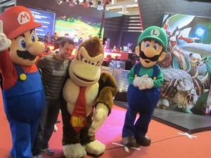 Mario, Donkey Kong e Luigi recebem os visitantes da BGS (Foto: Gustavo Petró/G1)