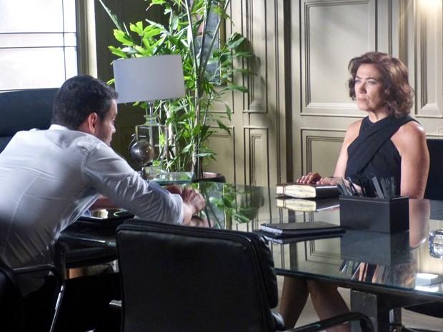 Marta fica irritada com Maurílio (Foto: Cláudia Castilho/ Gshow)