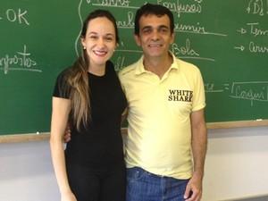Maraiza ajuda o professor nas relações burocráticas com o IFG (Foto: Fernanda Borges/G1)