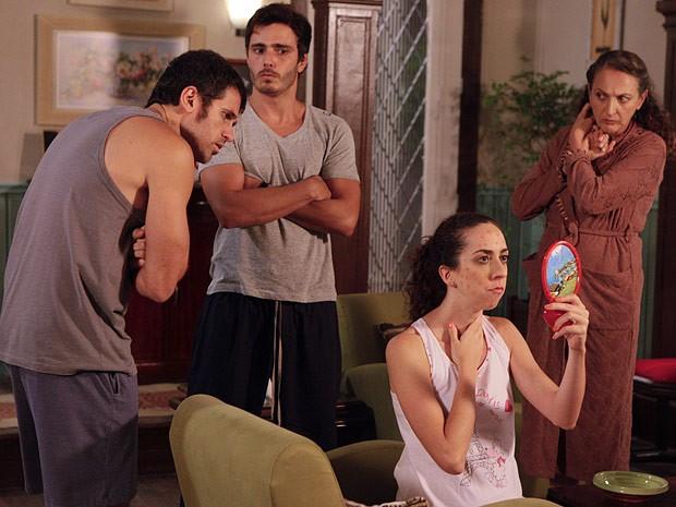 Frô fica com o rosto empolado depois de beijar Kiko (Foto: Guerra dos Sexos / TV Globo)