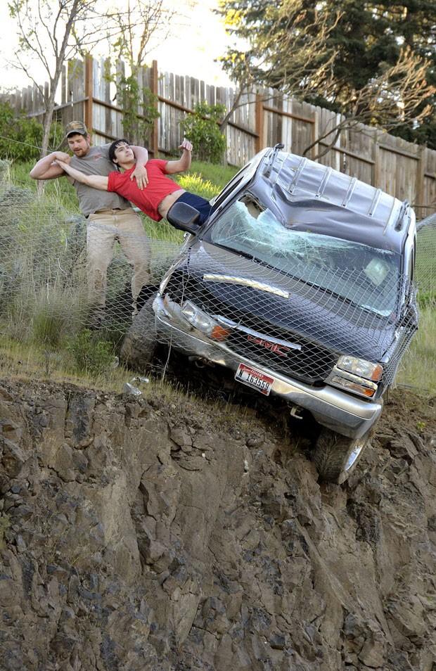 Polícia não sabe a identidade do 'herói' que correu para resgatar o motorista (Foto: Barry Kough/Lewiston Tribune/AP)