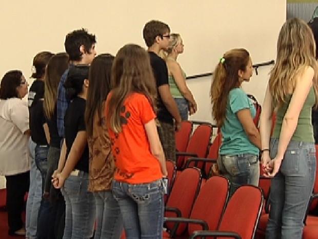 Protestantes ficaram de costas para o plenário durante a sessão (Foto: Reprodução / TV Tem)