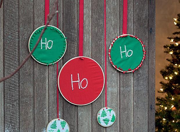 """É Natal e cansou das guirlandas? Aposte nos bastidores bordados. Na imagem, foi bordado um simpático """"Ho Ho Ho"""", mas você pode usar a imaginação e surpreender os convidados. (Foto: Cacá Bratke/Casa e Comida)"""