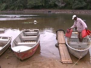 Com a seca, barcos ficam na margem do Rio Mogi em Pirassununga (Foto: Rodrigo Sargaço/EPTV)
