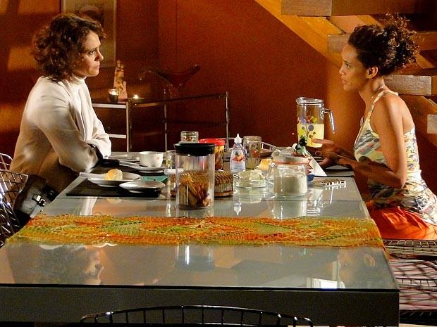 Bandeira branca! Lygia e Penha esquecem as mágoas e fica tudo certo (Foto: Cheias de Charme / TV Globo)