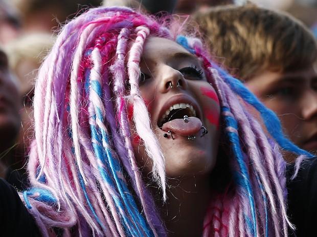 Mulher no público do festival Download, na Inglaterra, nesta sexta-feira (14) (Foto: Reuters/Darren Staples)