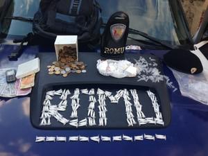 Cerca de 200 porções de cocaína foram apreendidas (Foto: Rafael Benevides)