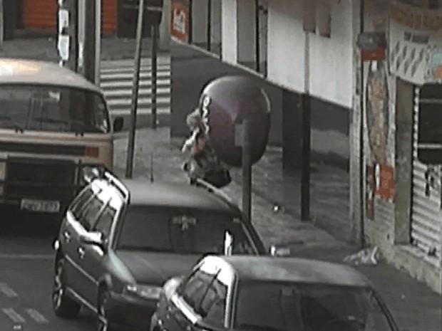 Mulher passa trote para polícia de orelhão em Rio Preto (Foto: Reprodução/TV TEM)