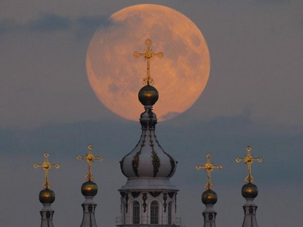 Lua pode ser vista sobre a Catedral Smolny em São Petersburgo, na Russia (Foto: Dmitry Lovetsky/AP)
