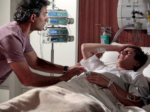 Samuel passa mal na frente de Gilson (Foto: Cheias de Charme / TV Globo)