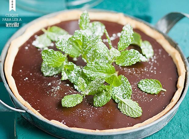 Chocolate não aceita ser menos que protagonista, mas a parceria com hortelã é clássica. A torta leva licor de menta e folhas de hortelã frescas por cima da ganache de cacau 60% (Foto: StockFood e Eising Studio - Food Photo e Video)