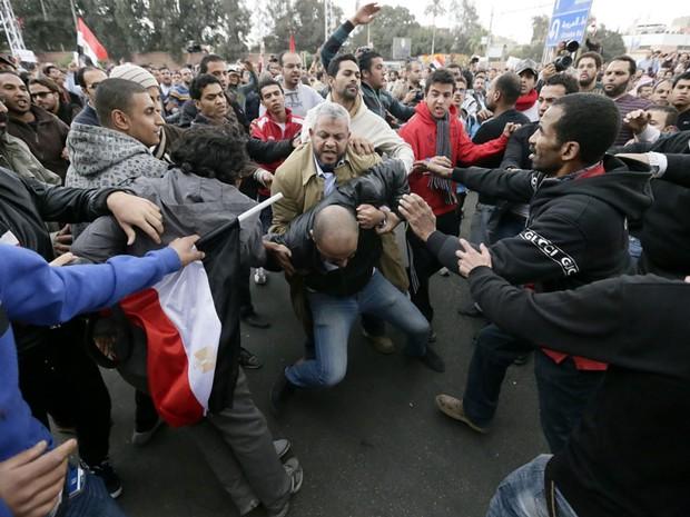 Partidários e opositores do presidente se enfrentam no Cairo (Foto: Hassan Ammar/AP)