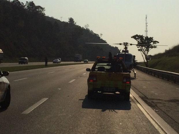 Motorista foi socorrido por helicóptero ao hospital (Foto: Corpo de Bombeiros/Divulgação)