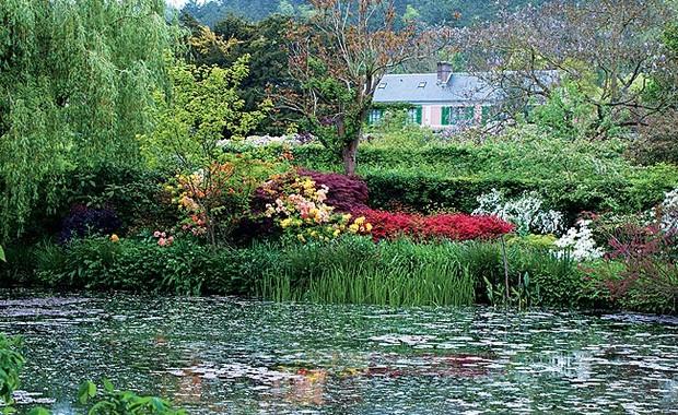Acima, as ninfeias, ainda sem flor, espalham-se pelo lago. Ao fundo, a casa do pintor, cercada de um mundo de espécies catalogadas, mais de 1.800. As plantas enchem de cores e aromas o imenso jardim (Foto: Fernando Grilli)
