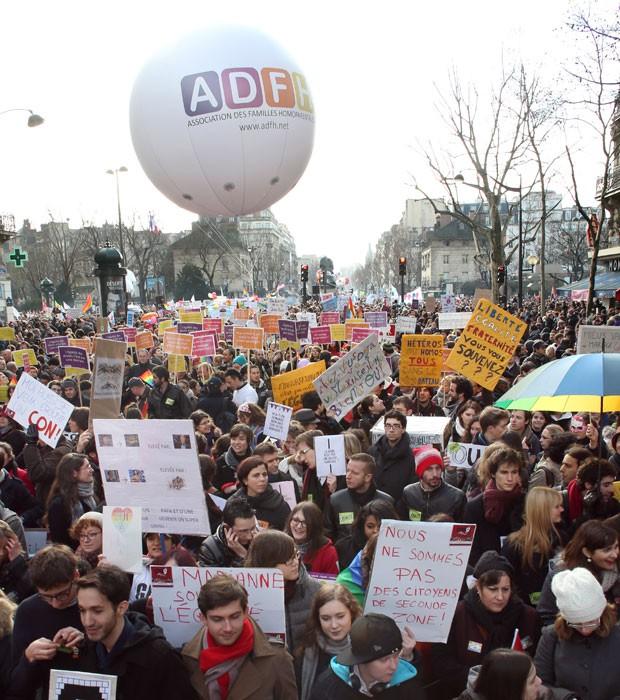 Franceses participam de manifestação à favor do casamento gay neste domingo (27) em Paris (Foto: Thomas Samson/AFP')