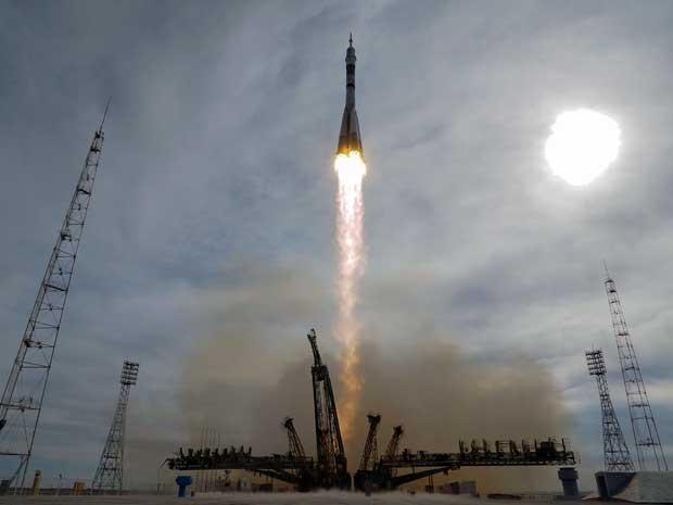 O foguete Soyuz-FG decola com a TMA-18M Soyuz, nave espacial que acoplará à ISS levando os cosmonautas Aydyn Aimbetov (Cazaquistão), Sergei Volkov (Rússia) e o astronauta Andreas Mogensen (Dinamarca) (Foto: Dmitry Lovetsky / AP Photo)