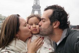 Mariana e Cristiano beijam Laura (Foto: Arquivo Pessoal / Divulgação)