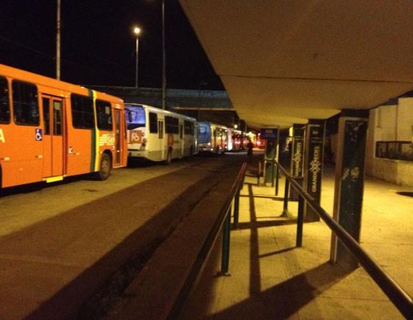 Reportagem viu coletivos parados e pontos vazios, com movimento atípico na noite desta segunda (Foto: Vitor Tavares/G1)