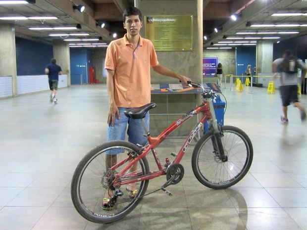 O operador de telemarketing Paulo Henrique Xavier vai de bicicleta no Metrô do DF nesta segunda-feira (26) (Foto: Alexandre Bastos/G1)