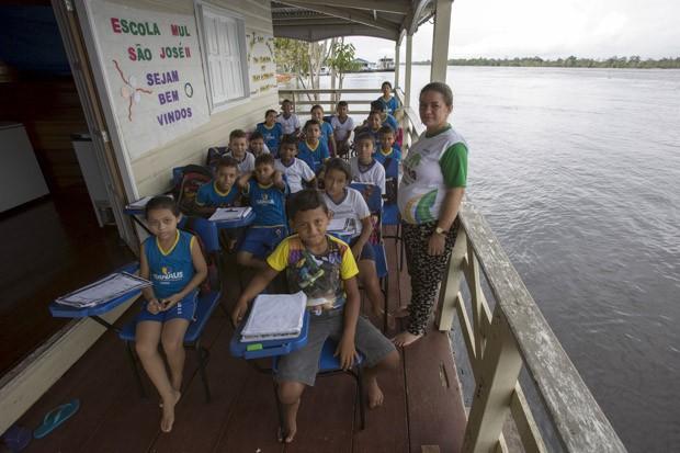 BRASIL: Crianças da Escola Municipal São José II, em foto de 18 de junho. A escola flutuante fica às marges do Rio Amazonas, em uma área rural de Manaus (Foto: Reuters/Bruno Kelly)
