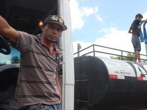 Pipeiro percorre 130 km para abastecer cidades no Ceará (Foto: Catarina Costa/G1 PI)