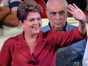Candidata Dilma Rousseff cumprimenta eleitores durante comício no Campo Belo, em São Paulo (Foto: Nelson Almeida/AFP)